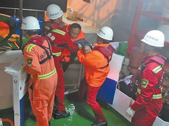 """11名钓友搭乘""""三无""""渔船遇险 北海多部门连夜救援"""