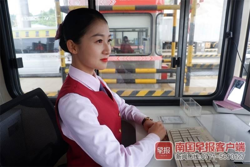 南宁这位网红收费员,用微笑温暖驾驶员