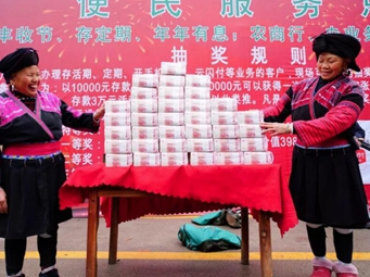 众人围观!720万元现金码在桌上 桂林一寨子沸腾了