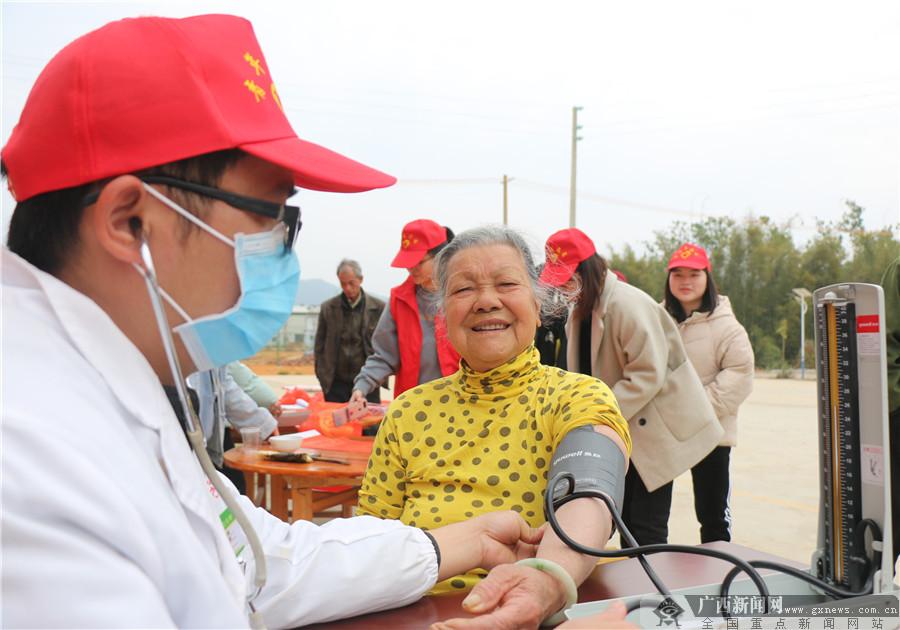 [新春走基層]廣西蒼梧:暖心年貨進貧困戶家里