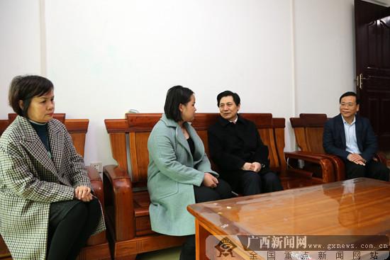 崔智友春节前看望慰问殉职检察官易燕平家属