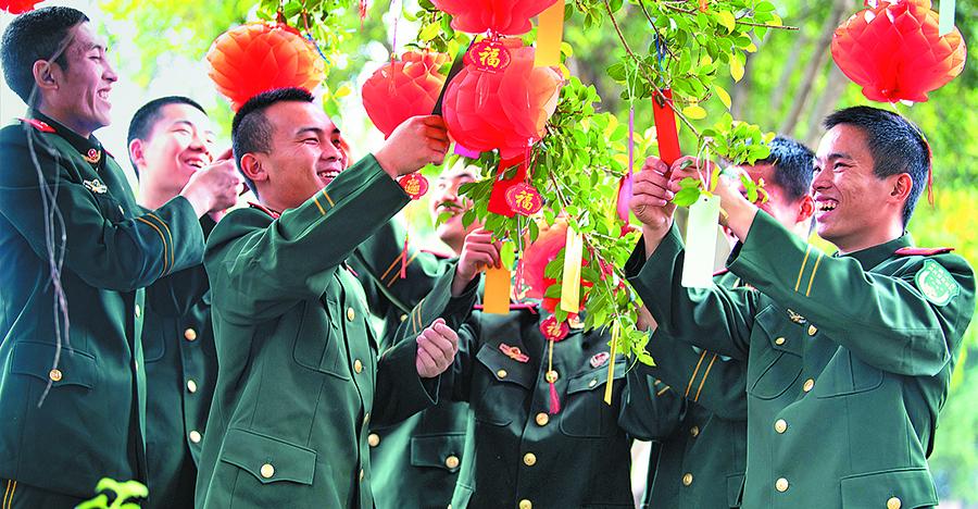 武警来宾支队:挂灯笼 迎春节
