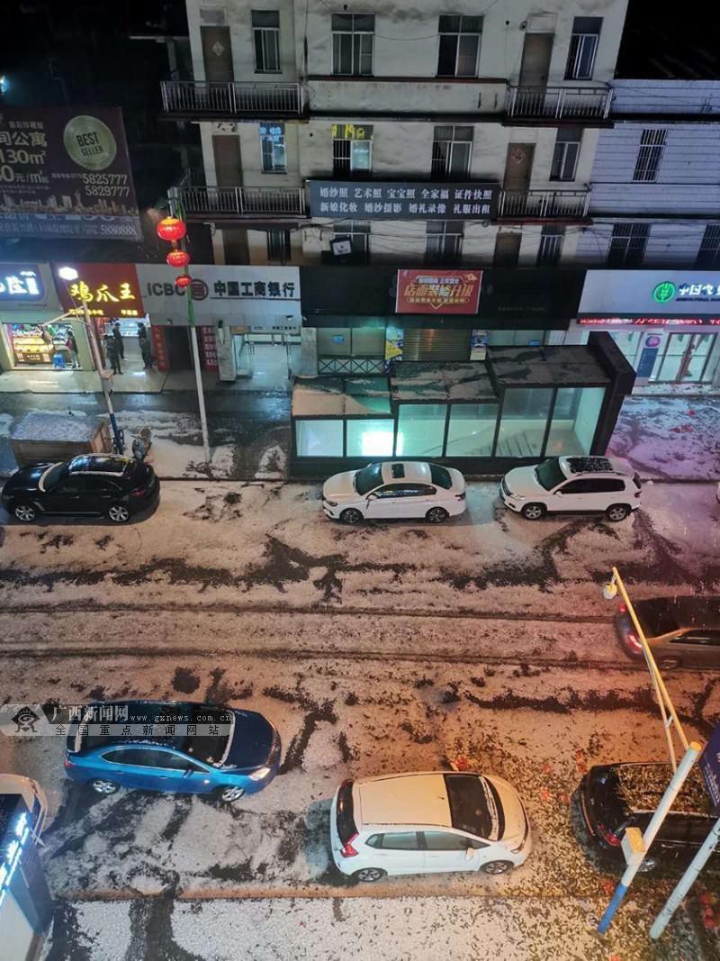 1月25日焦点图:除夕夜广西多地冰雹来袭!地上白茫茫一片