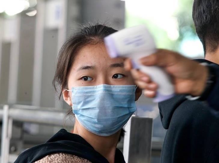 27日焦点图:广西各火车站、南宁机场实行体温监测