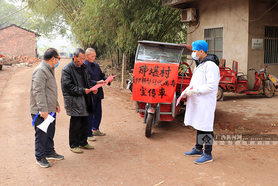 保洁车变宣传车 他们手持小喇叭向群众宣传疫情防控知识