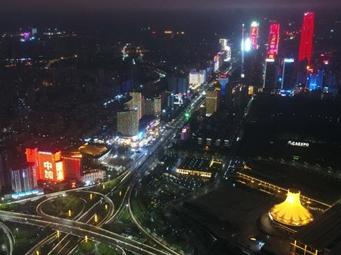 南宁:城市亮灯 为武汉加油