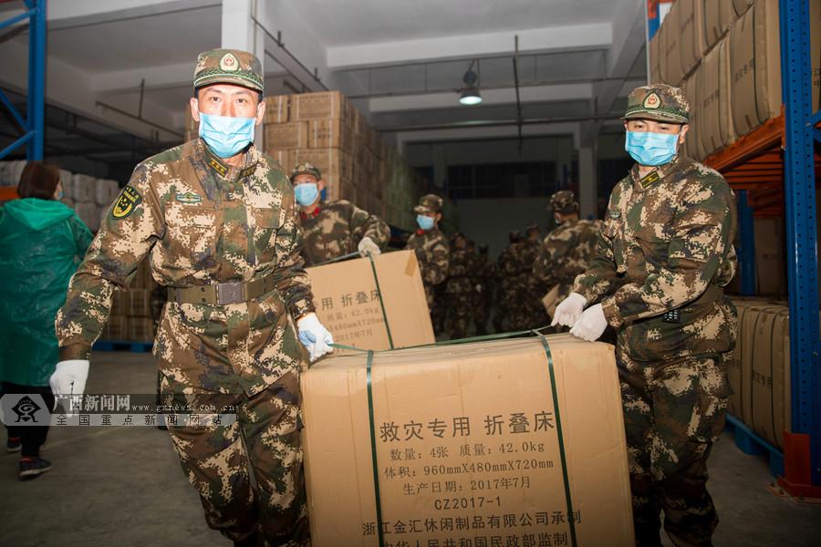 南宁:武警官兵紧急搬运疫情防控救援物资(图)