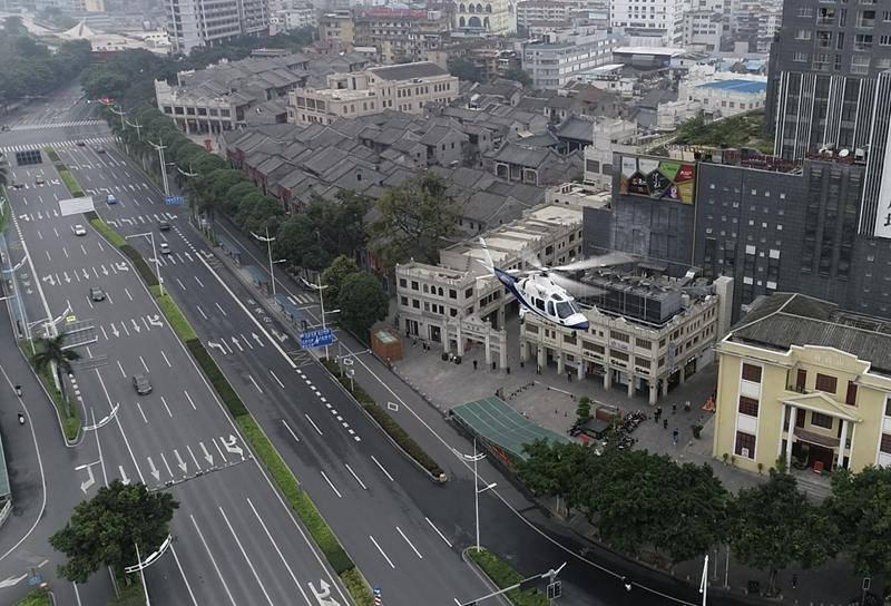 南宁警用直升机无人机巡航防控 空中喊话戴口罩