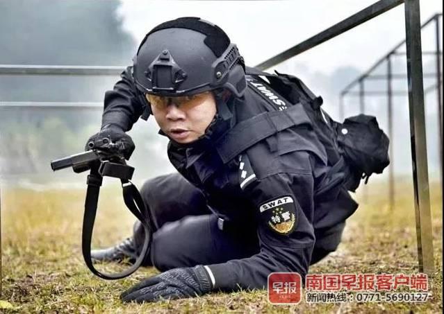 帅!环江一特警百米冲刺跳江救人 刚被火线提拔
