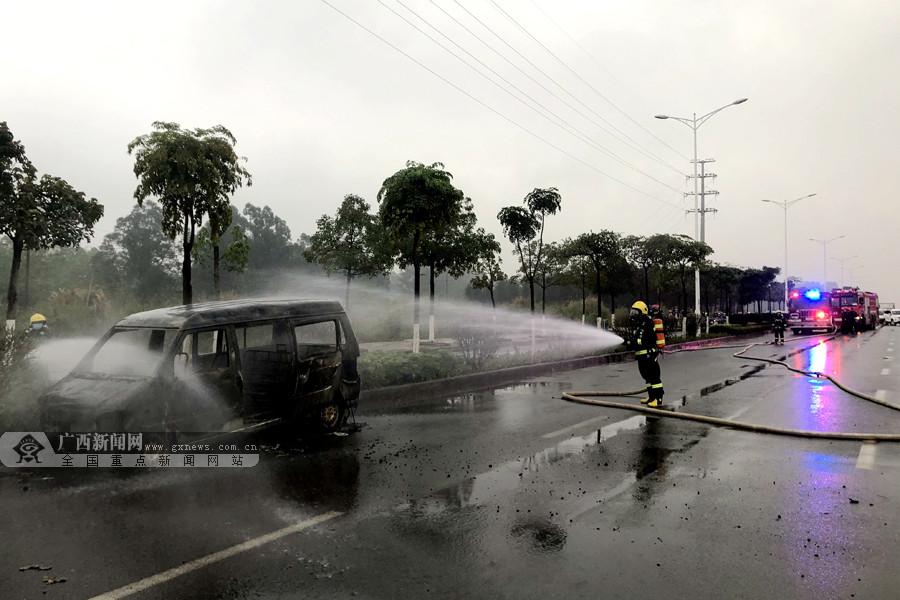 来宾:一面包车路边燃起大火 消防到场扑救(组图)