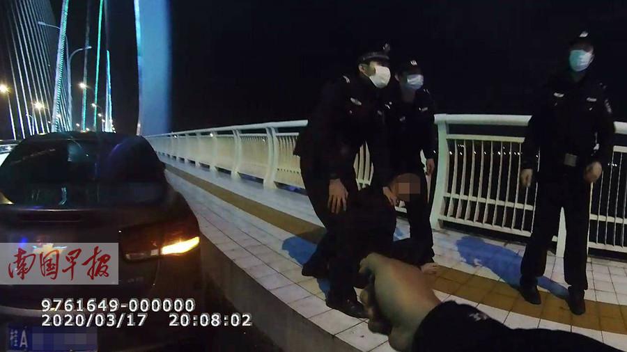 3月19日焦点图:男子借债百万买彩票没中奖想跳桥