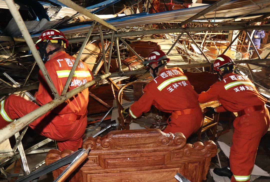 玉林市区遭9级狂风突袭 一家具卖场发生坍塌(图)