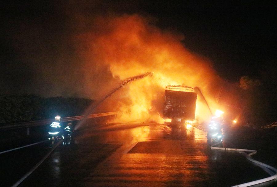 汕昆高速两辆货车相撞起火 多部门奋力救援(组图)