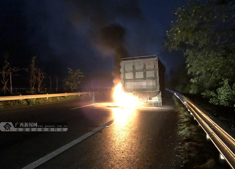 大新:一货车行驶中轮胎起火火势猛烈(组图)