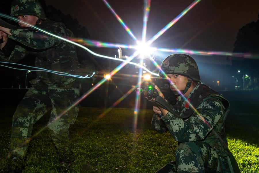 南宁:武警夜间反恐演练 锤炼打赢能力(组图)