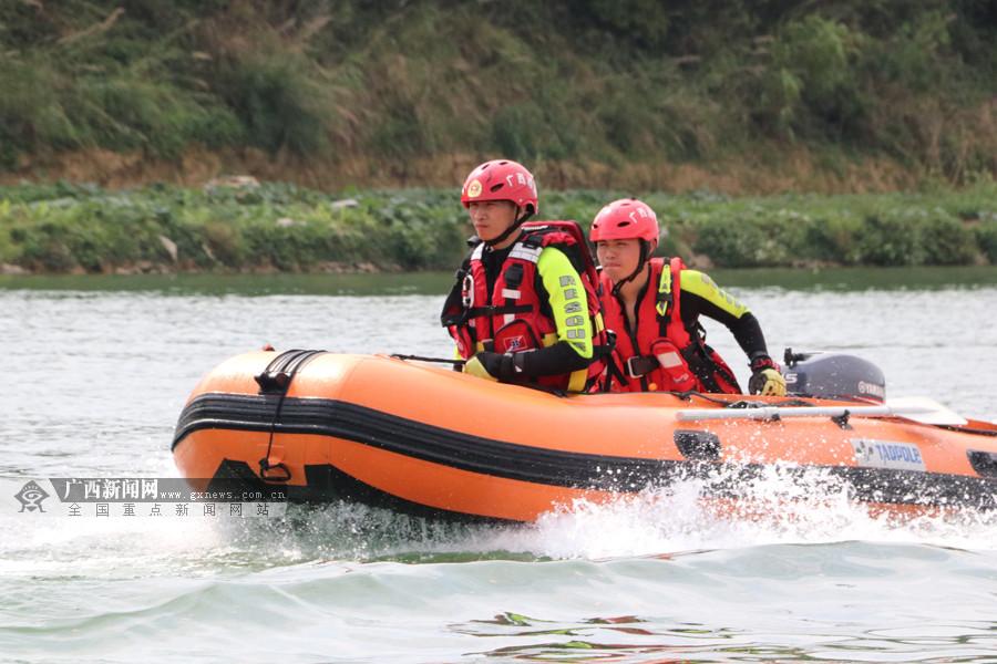 百色:消防部门开展水域救援训练(图)