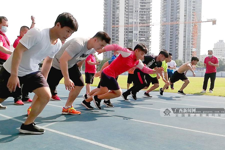 广西举重队开展体能测试 检验居家训练成果(图)