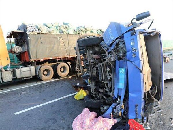 惨烈!泉南高速柳州往来宾方向三车追尾 两人死亡