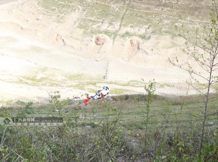 惊险!越野车翻转滚下50米山坡 现场触目惊心(图)