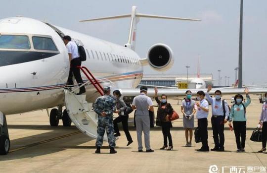 住桂全国政协委员离邕赴京出席全国政协十三届三次会议