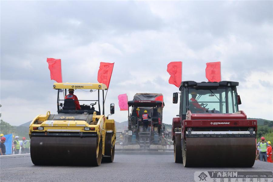 灵山县:大浦高速路面沥青试验段顺利完成摊铺