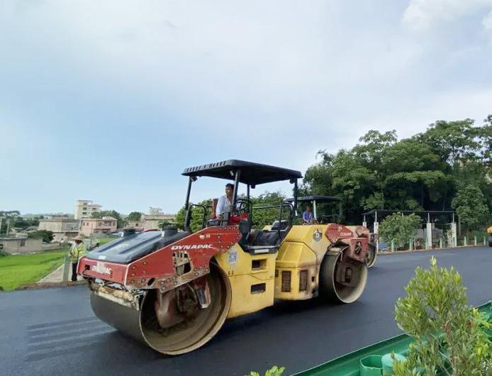 通车在即!玉湛高速广西段主线路面沥青摊铺完成
