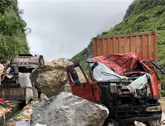 惊险!高速路上山体滑坡 巨石滚落砸穿两辆大货车