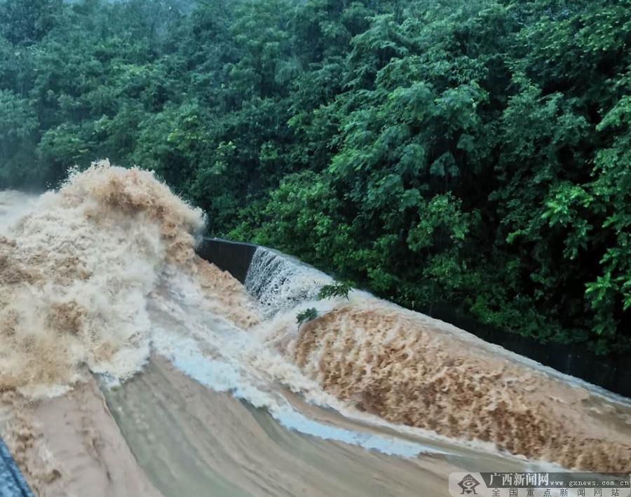 桂林:强降雨多地群众被困 消防、武警急救援