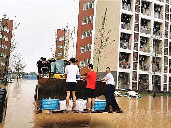 6月9日焦点图:铲车送餐  广西一高校抗洪又上热搜