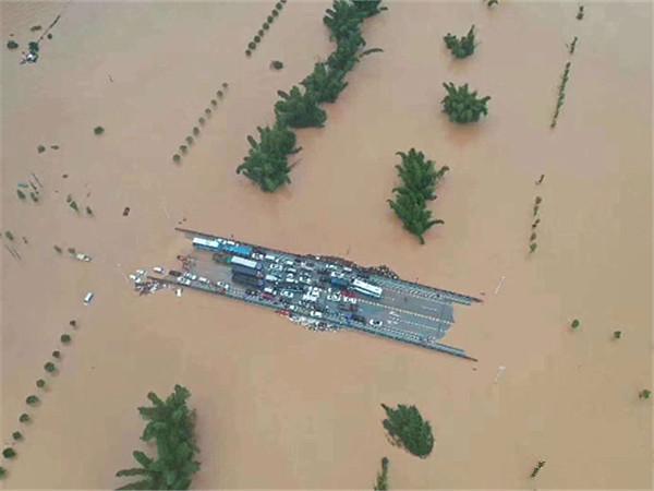 """6月12日焦点图:阳朔县甲秀桥成为""""孤岛""""之后……"""