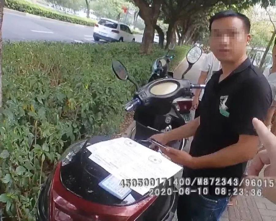 """广西一男子手握20本驾照""""买分卖分"""" 被抓了个现行"""