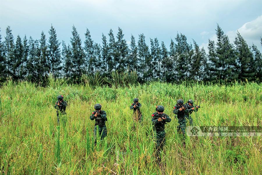武警特战队员陌生地域实战演练 锤炼反恐作战能力