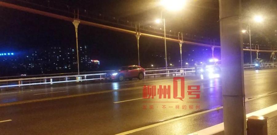 7月12日焦点图:男子开车到桥上跳江 车内受伤女子送医后身亡