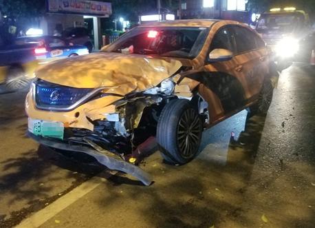 <b>突发!出租车猛撞SUV,倒车逃跑又撞灯杆!</b>