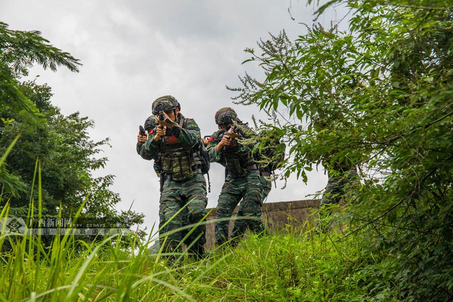 来宾:武警特战队员开展山林地捕歼战斗(组图)