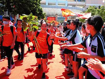 24日焦点图:今日,南宁9万多名学子奔赴中考考场