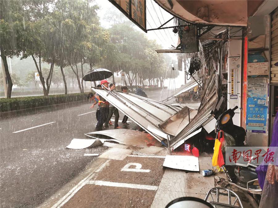 7月28日焦点图:南宁一广告牌倒塌砸中躲雨女子
