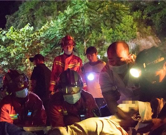 险!来宾男子跌落20米山洞,消防员索降成功施救