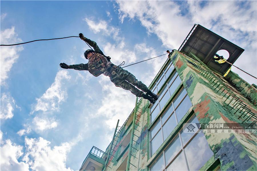 高清圖集:南寧武警特戰隊員開展攀登強化訓練