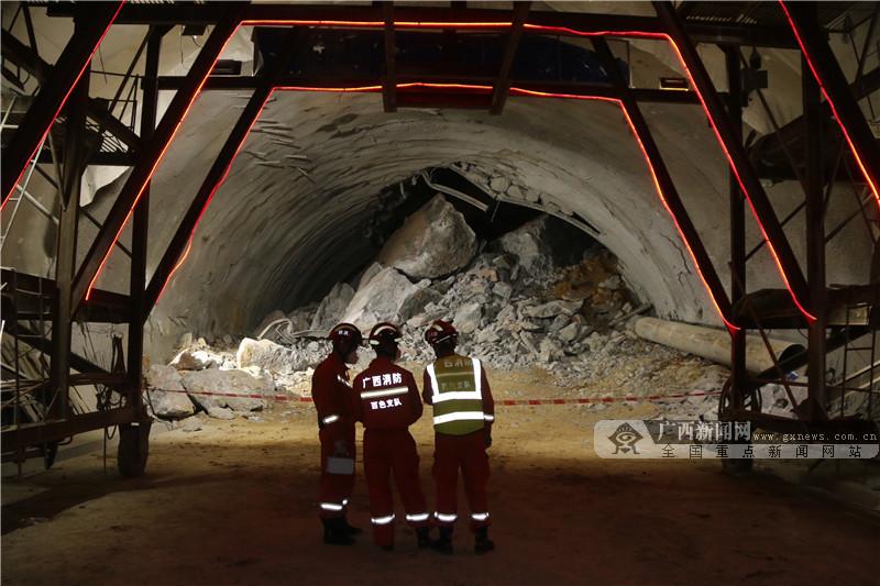 百色乐业发生隧道塌方9人被困 消防出动紧急救援
