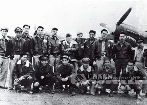 """飞虎队,全称为""""美国援华志愿队"""",由美国空军退役军官陈纳德任司令,1940年通过租界法案引入首批100架P-40战斗机,从此开始在中国领空与日军作战。图为1943年飞虎队队员在桂林合影。(广西壮族自治区档案馆供图)"""