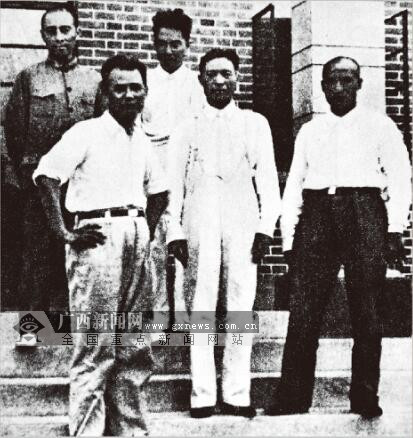 1936年,在中国共产党的努力下,西安事变和平解决,标志着以第二次国共合作为基础的抗日民族统一战线的初步形成。图为国共两党和谈代表在南京的合影(左起:周恩来、叶剑英、张冲、邵华、朱德)。(广西壮族自治区档案馆供图)