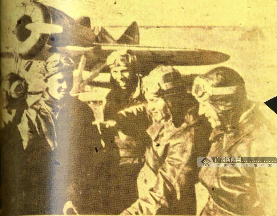 图为昆仑关战斗结束后苏联飞行员在交流作战经验。(广西壮族自治区档案馆供图)