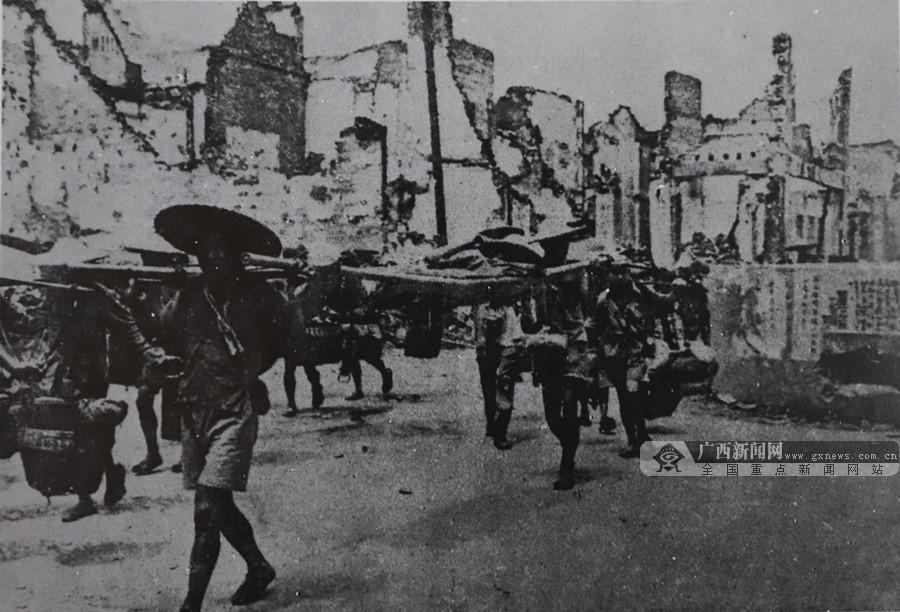 图为1945年7月桂林光复,民众入城。(广西壮族自治区档案馆供图)