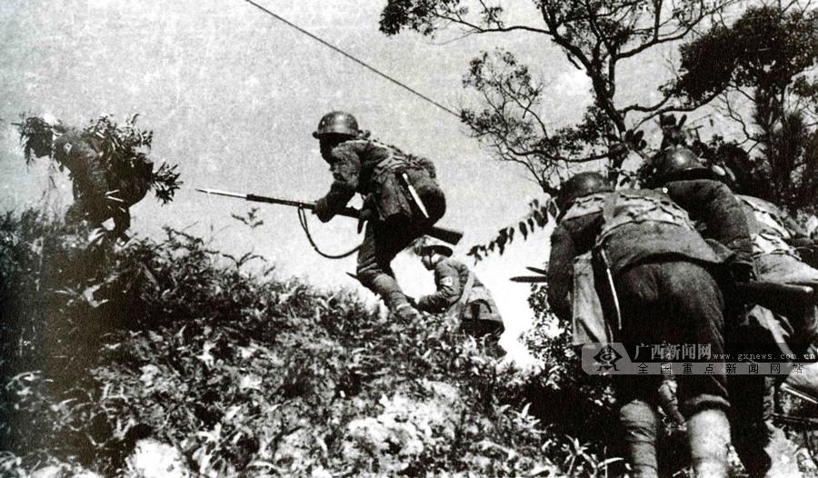 图为昆仑关战役中国军队向日军山头阵地发起冲锋。(广西壮族自治区档案馆供图)