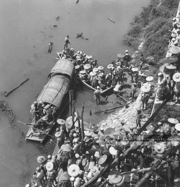 图为1945年8月,一队士兵和民伕在桂林漓江岸边,准备从水路追击日军。(广西壮族自治区档案馆供图)