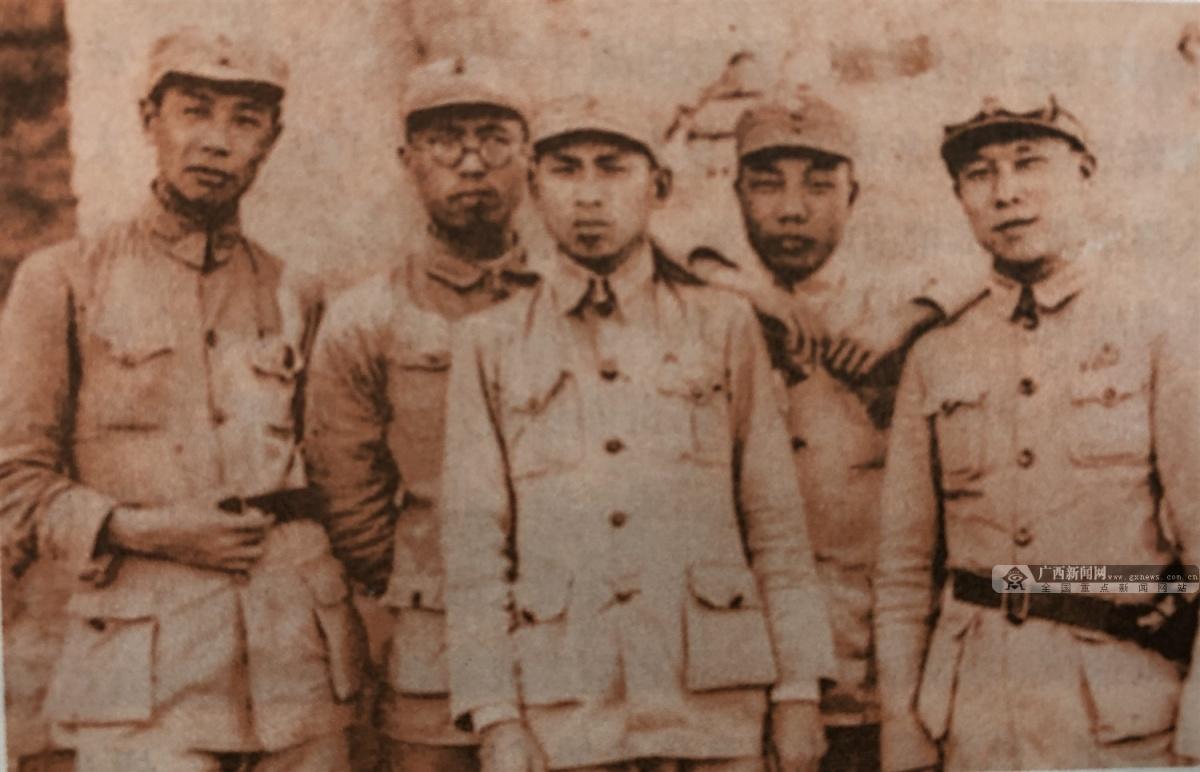 """1937年9月25日,八路军第115师主力在平型关伏击日军,歼敌1000余人,击毁汽车100余辆。平型关大捷是全国抗战爆发后中国军队主动对日作战取得的第一个重大胜利,打破了侵华日军所谓""""不可战胜""""的神话。广西籍将士李天佑、黄惠良、覃士冕、陈漫远等参加和指挥战斗。图为抗战时期的李天佑(中)。(广西壮族自治区档案馆供图)"""