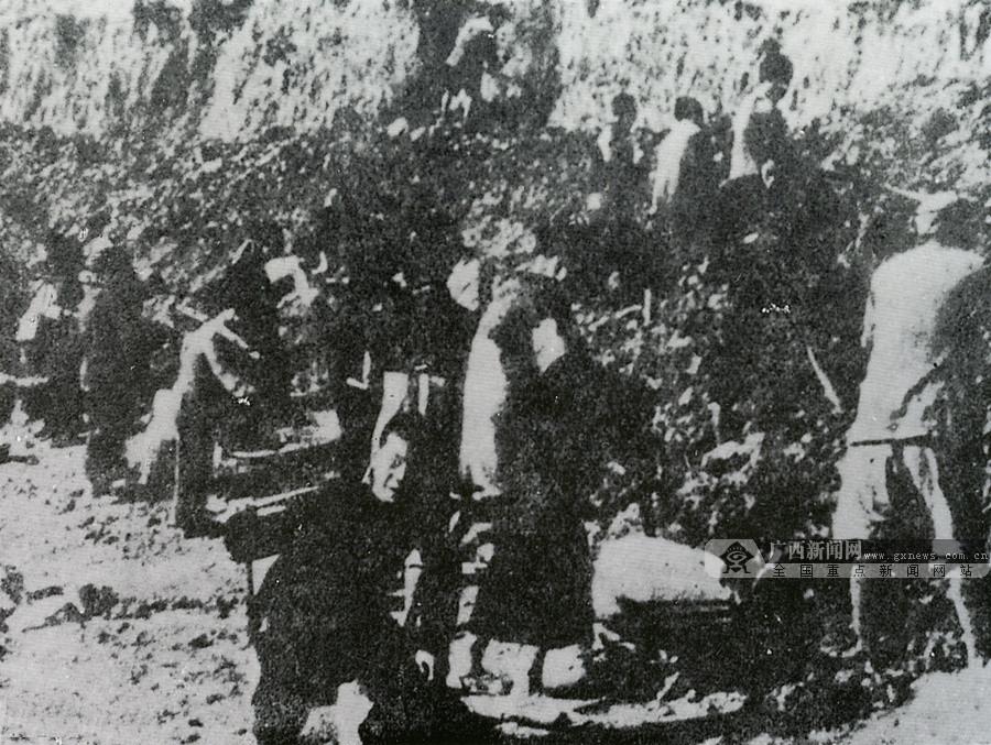 图为桂南会战期间群众毁路阻敌前进。(广西壮族自治区档案馆供图)
