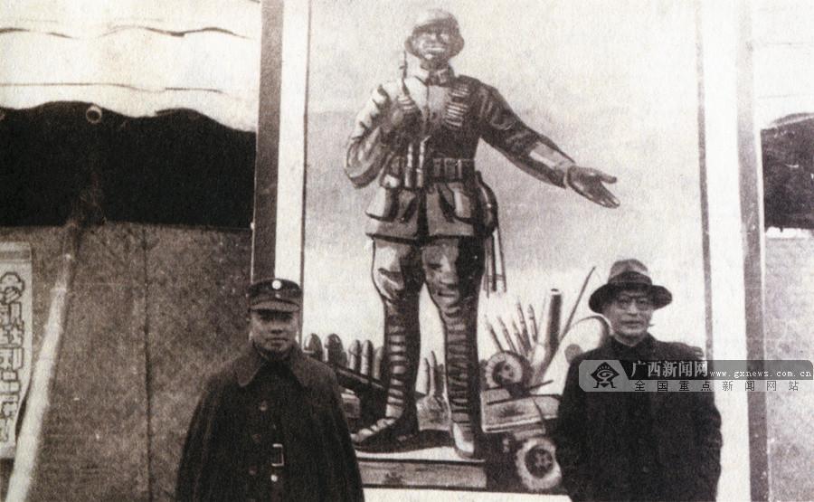 1944年6月,李济深响应中共保卫大西南的号召,在桂林发起成立抗日动员宣传工作委员会和桂林文化界抗敌工作协会。图为李济深(左)和龙云(右)在抗战工作协会制作的宣传画前合影。(广西壮族自治区档案馆供图)