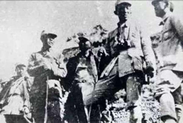 1940年8月开始,八路军在华北对日军发动了一次大规模进攻作战,参战部队达到105个团20余万人,故名百团大战。广西籍将士韦杰、欧致富、黄新友等参加了百团大战。图为欧致富(左二)在视察战场。(图片来源:网络)
